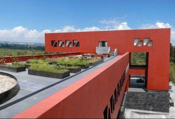 1. EDIFICIO DE POSGRADO DE LA FACULTAD DE ECONOMÍA, UNAM, 2010. Me parece magnífica la solución que le dio a este espacio para crearlo en algo agradable para los estudiantes. Las áreas verdes aprovechando el paisaje del fondo.
