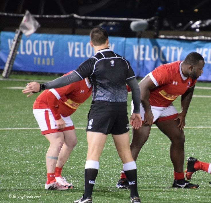 Rugby referee giving direction to the players. #rugbyfreak #sofreaky #loverugby #rugby #rugbycanada #ARC #teambrazil #teamcanada