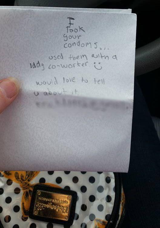 """Una mujer que usó una compañía de transporte de autos encontró una nota """"escalofriante"""" de un hombre que decía haberse llevado sus condones."""