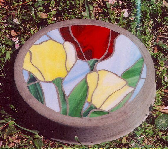 Vitrail et béton tremplin. Beau, lumineux vitraux illustrant une scène de jardin Tulip. -La pierre est personnalisée avec le vitrail étant coupé à la