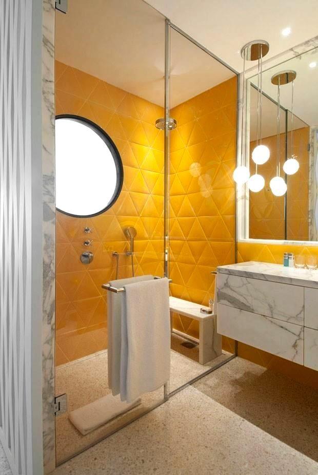 banheiro com toalheiro no blindex