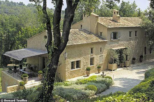 Better than raised porches-- patios  La nouvelle vie d'un mas en Provence - CôtéMaison.fr