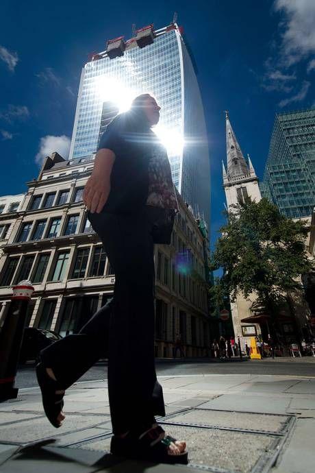 Un rascacielos londinense que derrite parte de los coches aparcados por el efecto lupa