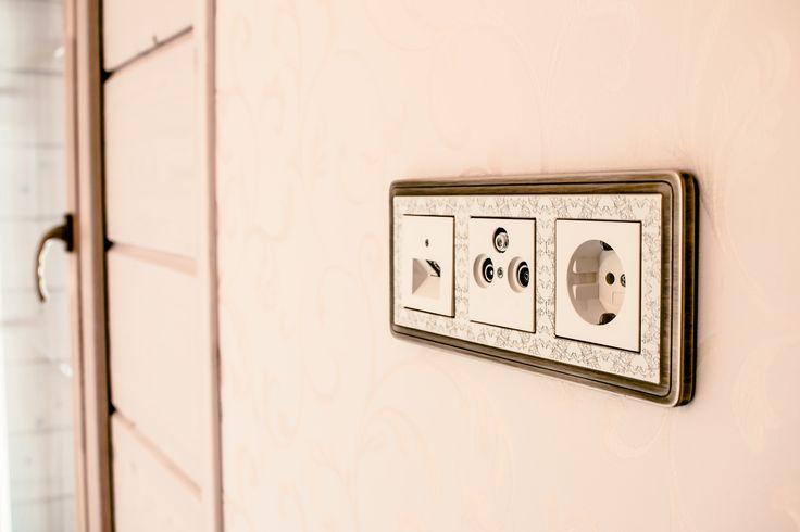 Выключатели Gira CLASSI X ARTв интерьере загородного дома. Роскошный дизайн и нотки классики скрывают самую современную начинку.   #дизайнерскийвыключатель #switches  #Архитоника #arhitonika #Gira #Гира