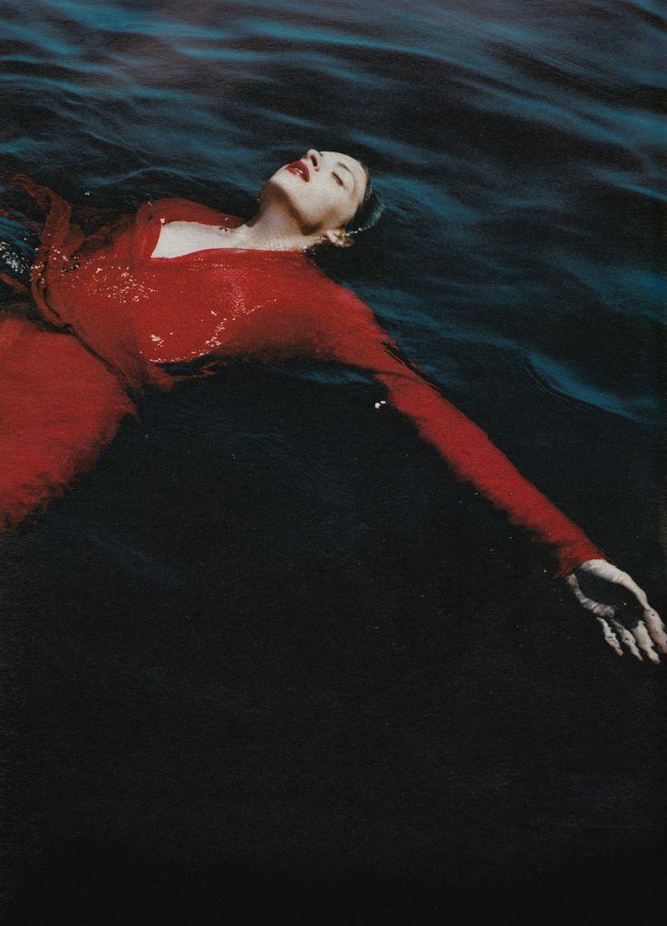 Señora de rojo sobre fondo gris. Anouck Lepere photographed by Mario Testino for…