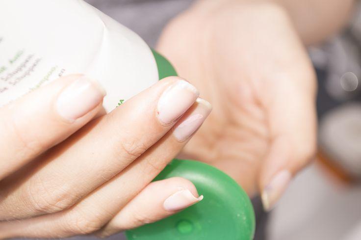 O peeling químico é um método eficaz de esfoliação da pele, pois remove as células mortas da superfície, deixando as camadas inferiores mais macias e suaves. Embora muitos peelings químicos sejam realizados em consultórios médicos, também h...