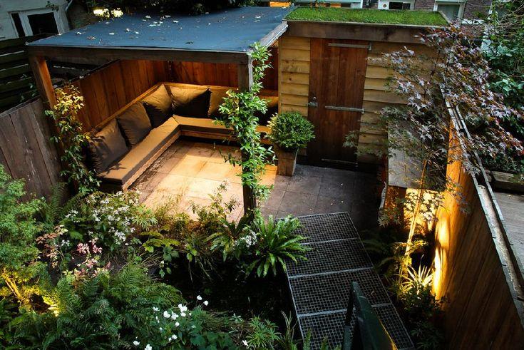 Mi-a plăcut la nebunie cum e amenajată această curte mică, transformată acum nu doar într-o grădină, ci ca o adevărată cameră multifuncțională în aer liber. Și greu îți vine a crede că într-un spaț…