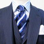 """今回ご紹介致しますVゾーンのコーディネートは、アクセントカラーとして人気のある""""赤""""系統のネクタイをご紹介致します。 ミディアムグレーのスーツに鮮やかなレッドの …"""