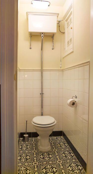 Toilet met hooghangend reservoir