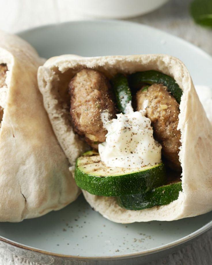 Pitabroodjes zijn geweldige envelopjes om Midden-Oosterse kost in te verpakken. Zoals deze lekkere lamsburgers met gegrilde courgette en een yoghurtsausje.