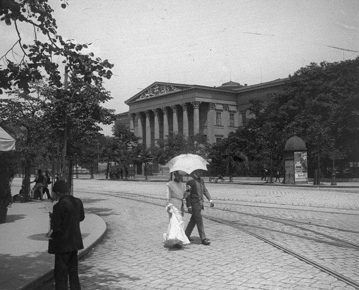 Múzeum körút a Kálvin térről nézve, háttérben a Nemzeti Múzeum.
