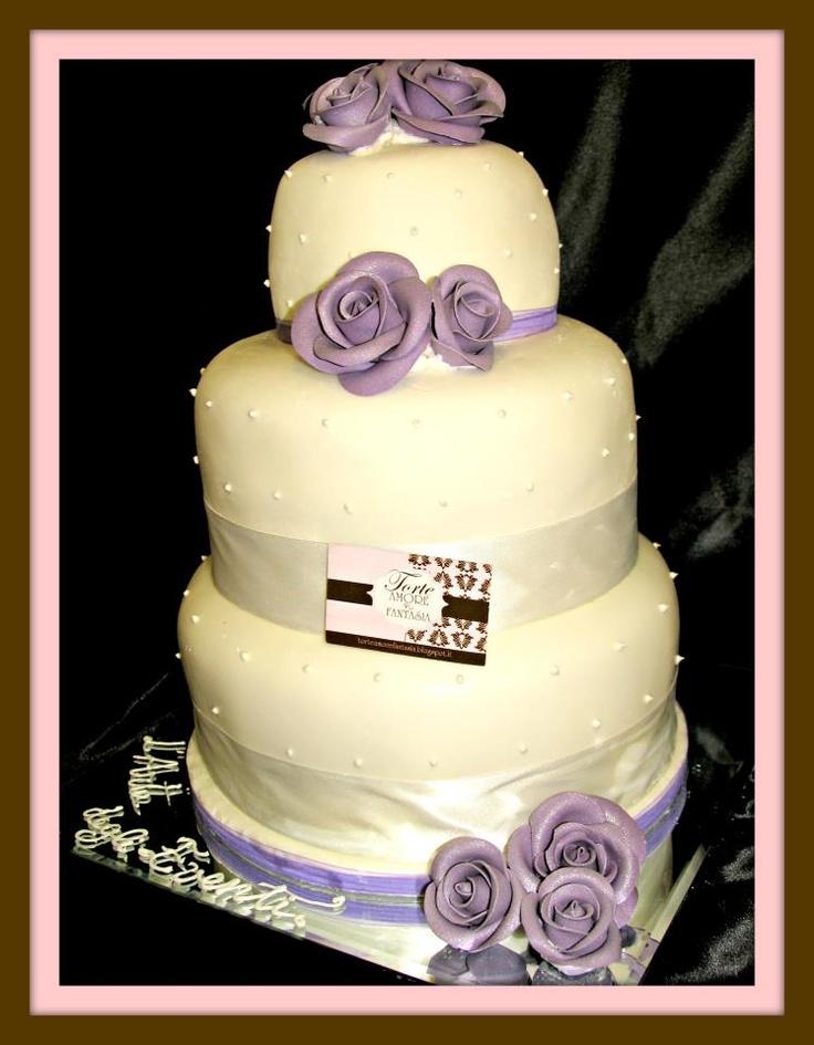 Wedding Cake Romantica 2  White and rose  Tinte pastello, il candore del bianco, nastri e fiori delicati per una sposa che nel suo giorno importante vuole sentirsi una principessa in un mondo fatato e per uno sposo che vuole condividere pienamente gioia e speranza. L'elemento purezza ed essenzialita' del design e' il fiore all'occhiello per questa torta.