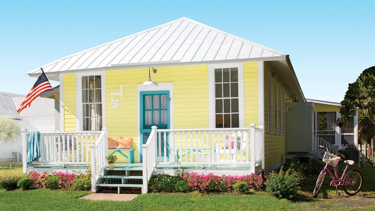 Sunny Disposition | A 1940s bungalow off the Georgia coast is infused with beachy color and plenty of laid-back, salty charm.