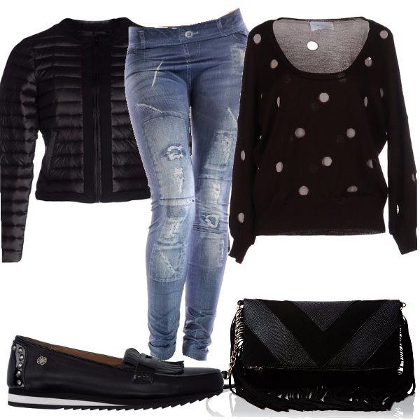 Per questo outfit: leggings finto jeans strappato, maglioncino in lana con pois argentati, piumino corto nero, mocassino con nero e tracollina nera con nappine.
