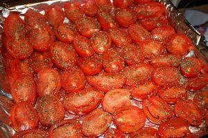 """Помидоры вяленые...... пошаговое фото. Помидоры - сколько вы посчитаете нужным (я использовала около 2 кг). Желательно брать помидорки помельче - быстрее дойдут до нужной кондиции душистые травы - орегано, базилик, майоран, розмарин, тимьян (можно не мучиться и просто взять смесь """"Прованские травы"""") морская или обычная соль растительное масло (подсолнечное или оливковое) пара головок чеснока"""