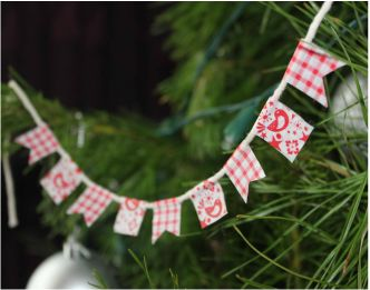 DIY mini bunting made from washi tape to decorate Christmas pressents http://www.diydiva.co.nz/
