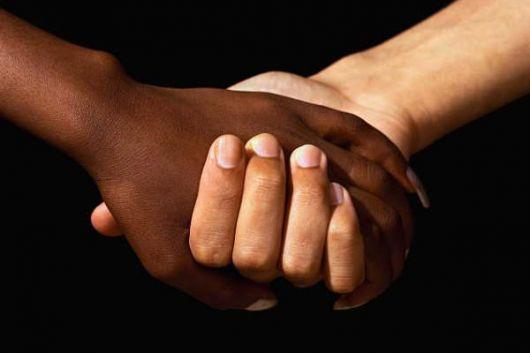 13 razões para lembrar que o racismo ainda existe e precisa ser combatido Tire seu racismo do caminho, que eu quero passar com a minha cor: no Dia 13 de maio, há 127 anos, era assinada a Abolição da Escravatura; o que mudou desde então?