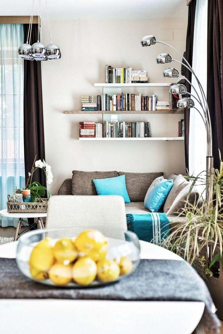 salon blanc dcor de rideaux marron coussins turquoise sur le canap gris et tagres blanches