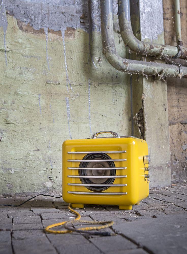 «I think I saw a #heater!?», anders, als sein Namensvetter und Cartoonklassiker setzt dieser zum #Lautsprecher mutierte #Heizlüfter aus den 50er Jahren auch im Bassbereich richtig Dezibel frei und verheizt trotzdem nur noch einen Bruchteil der einst gefressenen Energie. Hergestellt in #Berlin illustriert er mit seinen zweimal 20 Watt eindrücklich: Die 2000 Watt Gesellschaft kann sich hören lassen. #Upcycling#MP3#Heizstrahler#reused