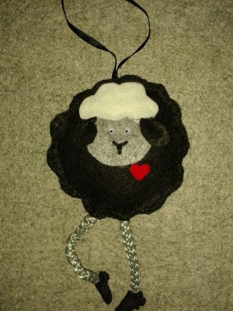 Czarna owieczka - filc i sznurek ...uwielbiam tę koślawą nóżkę:-)