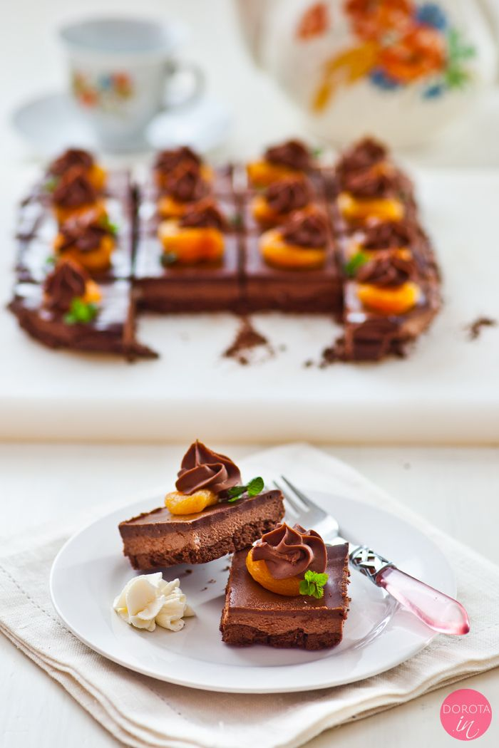 Mazurek z czekoladą - eleganckie i pyszne oraz łatwe ciasto na Wielkanoc. Kruchy spód, krem czekoladowy i polewa z czekolady oraz suszone morele i mięta.  http://dorota.in/mazurek-z-czekolada/  #wielkanoc #przepis #ciasto #food
