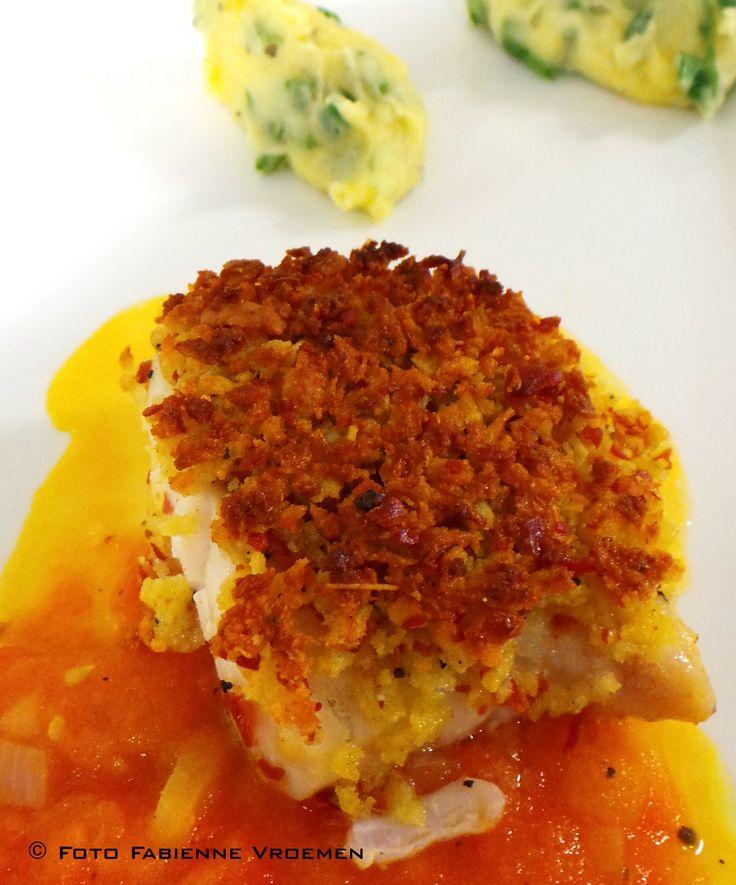 Kabeljauwhaasje met korst van parmezaanse kaas en parmaham, tomatencoulis en puree met pijpajuintjes