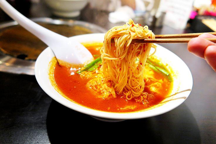 2016年5月18日(水)こんにちは。「宮崎発祥の辛麺」。H位さんから声かけをいただき、昨夜は姫路市内で会食。1日の〆として「麺屋からから」さんへ。初めて足を運ぶ店で、いきなり「15辛」を注文する2人。真っ赤なラーメンが出てきたのに驚くも、いわゆる辛いだけの激辛ラーメンと違って食べやすいし美味しい!!!最後にご飯(サービス)を入れ韓国風おじやにしてスープまで完食しました。これは癖になってしまいそう~。『カロリーは、なんとラーメンの約半分』と記載がありましたが、そもそもお肉をお腹いっぱい食べた後。完全にアウトですね...。ダイエットは今日から???頑張っていきましょう(^^; ◆麺屋からから http://menyakarakara.com/  それでは、今日も皆様にとって良い1日になりますように☆ 【加古川・藤井質店】http://www.pawn-fujii.jp/