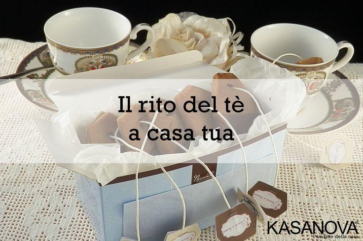 Il rito del tè è stato per anni ignorato e snobbato, soprattutto in Italia dove la maggior parte delle persone, come da tradizione, preferisce bere un bel caffè ristretto. Nella mente degli scettici, il tè è spesso collegato erroneamente all'idea delle bustine che colorano debolmente l'acqua bollente ma – come dire? – dove non può la curiosità, può la moda!