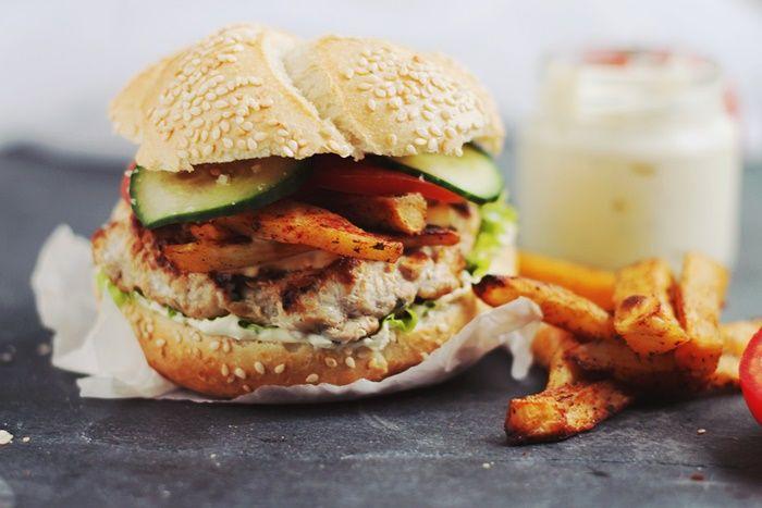 Burgeri de curcan-reteta pentru hamburgeri cu burgeri de curcan, facuti in casa. Reteta completa pe site-ul pasiunepentrubucatarie.ro