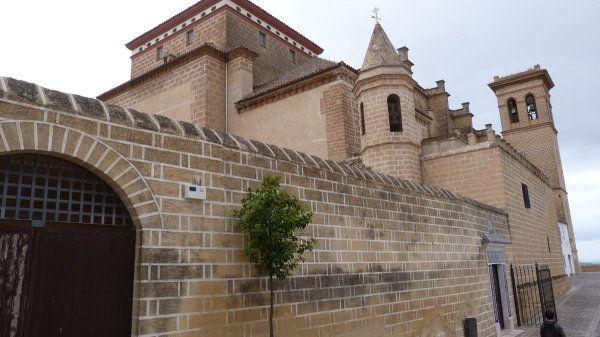 Hoy domingo 21 de octubre, decidimos dar una vuelta para conocer esta localidad de la provincia de Sevilla. Pero el tiempo no nos acompaño, empezo a llover y solo pudimos hacer unas cuantas fotos de la Colegiata y la universidad. Pero como era domingo...