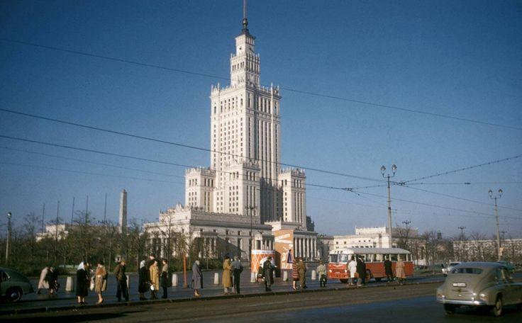 Warszawa w 1960 r. fot. Harrison Forman  https://nowawarszawa.pl/warszawa-1960-kolorze-unikalne-zdjecia-stolicy/