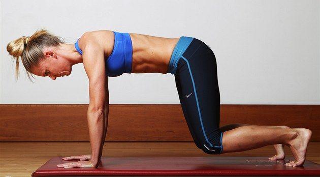 Fotogalerie: Pokud se naučíte správně dýchat a zapojovat i střed těla, přenesete si tuto...