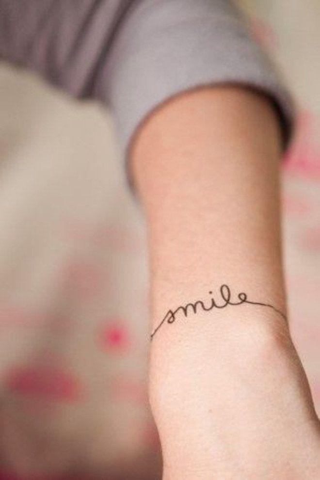 """Tatouage poignet """"smile"""", un mot à se tatouer pour toujours être de bonne humeur"""