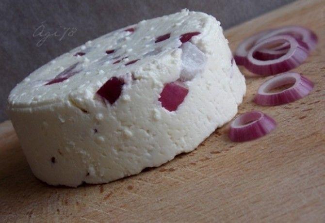 Friss házi sajt lilahagymával