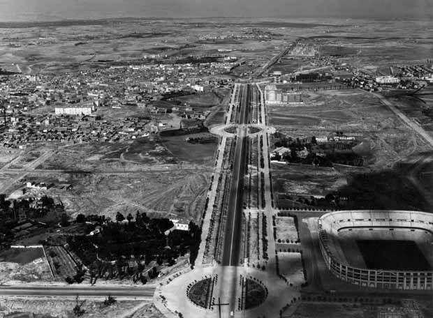 Paseo de la Castellana en construcción y la primera fase del Estadio de Chamartín, hoy Santiago Bernabéu.