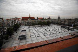 Nowy plac w centrum Wrocławia. Betonowa pustynia? Architekt odpowiada internautom