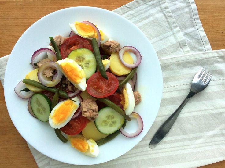 Salát z brambor, zelených fazolek, rajčat, okurek, červené cibule, tuňáka, vajec a olivového oleje
