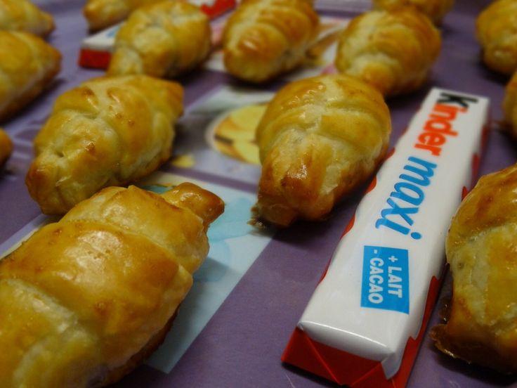 MINI CROISSANTS AU KINDER MAXI  Mini croissants pour un MAXI Plaisir  Vite la recette de mon blog est ICI---->http://lesdelicesdesandstyle.over-blog.com/2014/10/mini-croissants-au-kinder-maxi.html