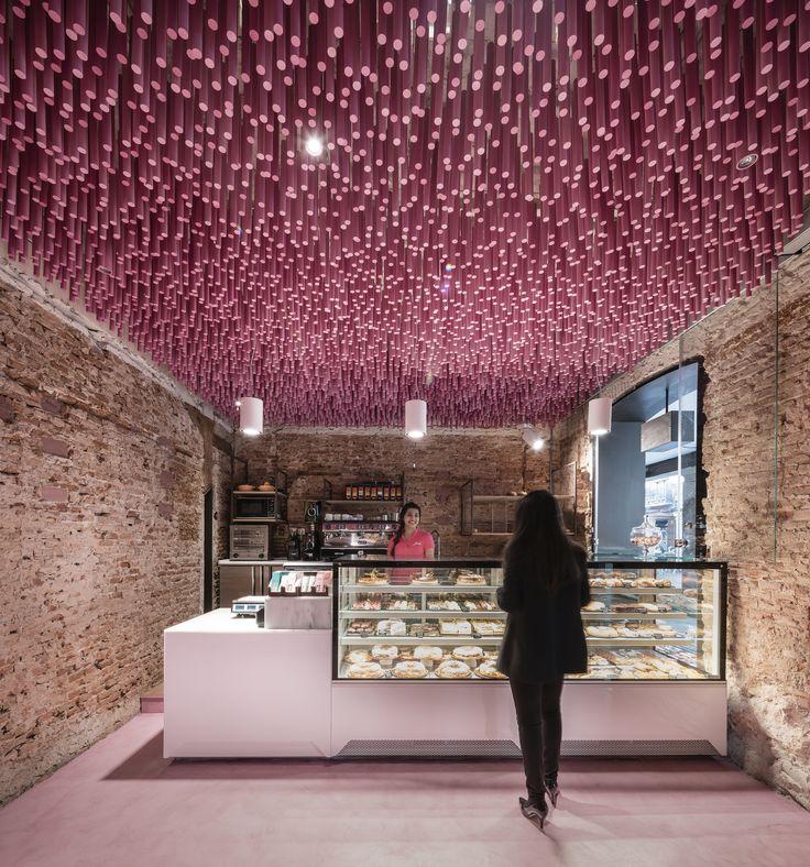 12000 palitos pintados de magenta / Ideo arquitectura