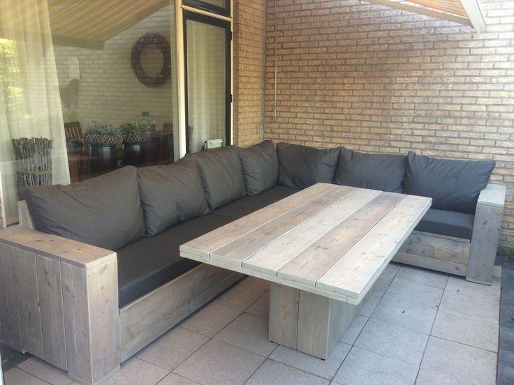 Een lounge dining set van gebruikt steigerhout , betekent loungen en dineren in 1! Helemaal op maat gemaakt door Op Eigen Houtje Meubels!