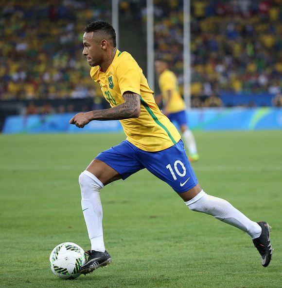 上のマラカナスタジアムでリオ2016年オリンピック大会の15日にブラジルとドイツの男子サッカー決勝のアクションで、ブラジルのネイマール・ダ・シウバ・サントス・ジュニオール...