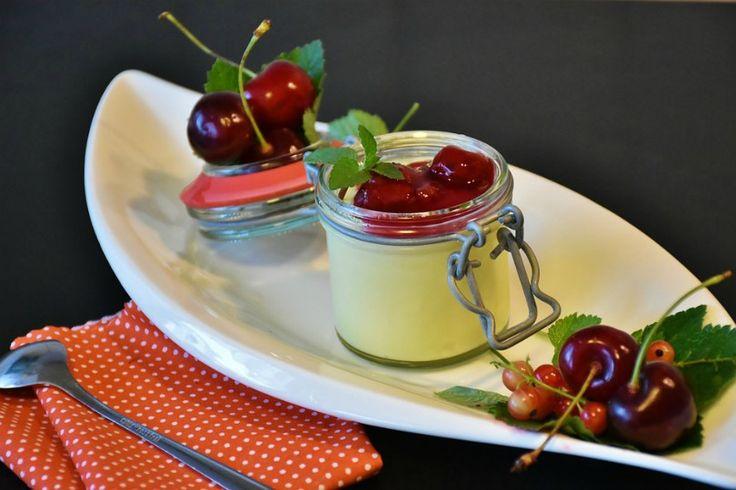 Budino vaniglia e ciliegie, dessert fresco e goloso perfetto per utilizzare le prime fragole di stagione. Ottimo come fine pasto o per una merenda golosa.
