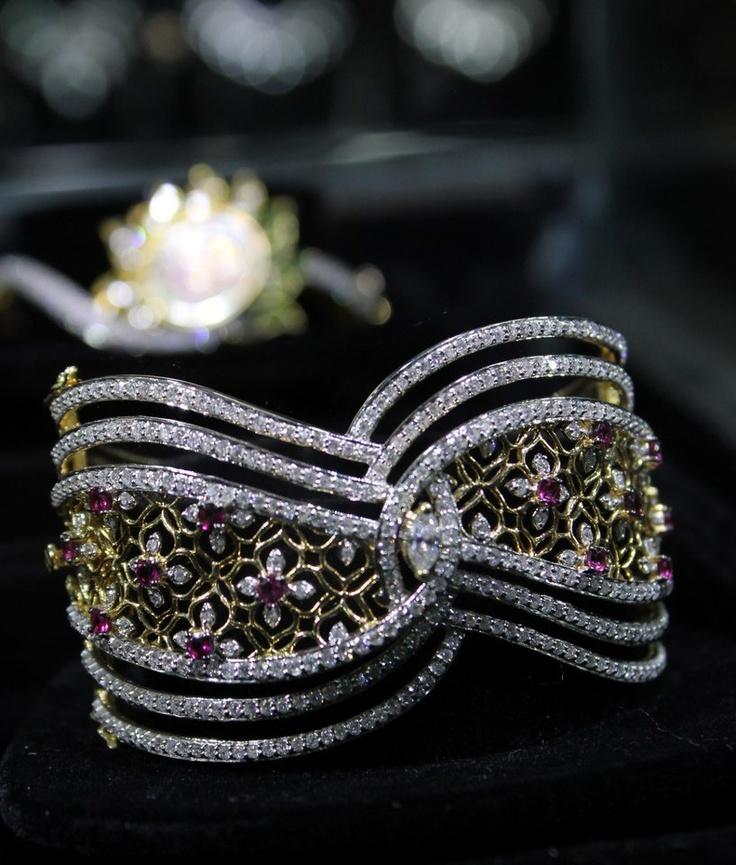 Charming bracelet with lustrous diamonds at Kalajee Jewellery, Jaipur make your eyes shine