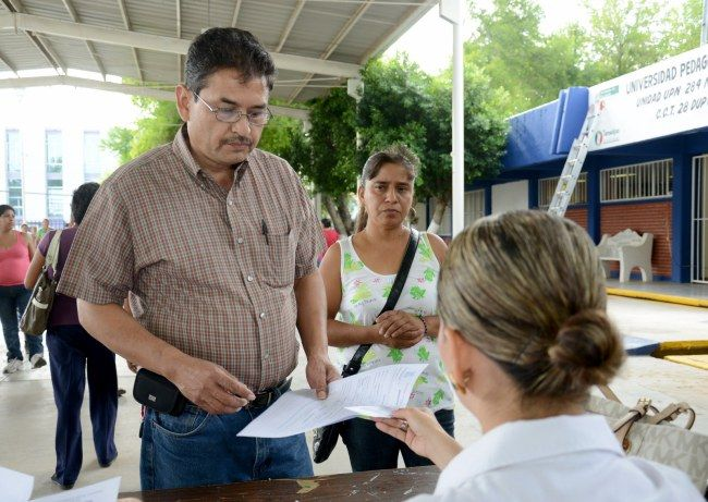 Acuden miles de aspirantes por su solicitud de beca municipal