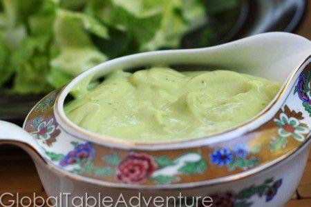2 aguacates  2 limas, jugo  2 cucharadas de vinagre de vino blanco  1/2 taza de aceite de oliva (o al gusto)  sal  pimienta  1 cucharada de cilantro picado