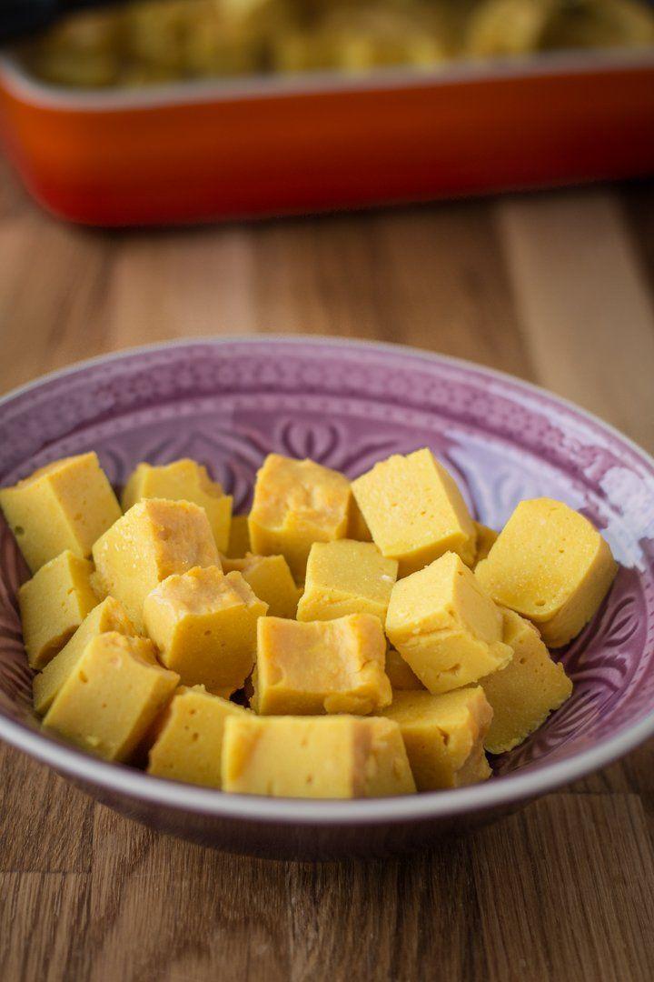 Tofu kannst du aus Kichererbsen selbst herstellen - mit nur vier Zutaten! Sojafrei! via @bevegt