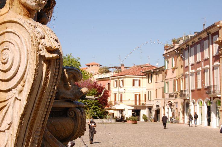 Cesena (FC), Piazza del Popolo con Fontana Masini in primo piano