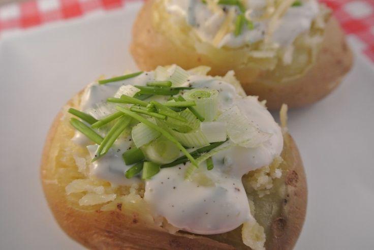Gepofte aardappel met een fris sausje - Lekker en Simpel