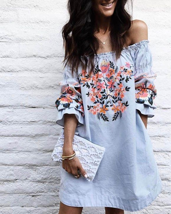 Robe Bardot à fleurs brodées + pochette à perles >> http://www.taaora.fr/blog/post/robe-bleue-fleurs-brodees-epaules-denudees-sac-pochette-perles #look #outfit #ootd