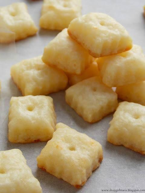 Házi sajtos falatka Hozzávalók: - 23 dkg reszelt sajt - 1 csésze teljes kiőrlésű liszt - 4 ek sótlan puha vaj (vagy margarin) - 1 kk só - 3-4 ek jeges víz -sót, vajat, sajtot kikeverni, majd liszt és víz -30 percre hűtőbe/fagyasztóba rakni - nyújtás, mindegyik közepábe pici lyukat szúrni fogpiszkálóval - sütőpapír, forró sütő, 7-10 perc, míg az alja aranybarna nem lesz - tálalás előtt kihűteni
